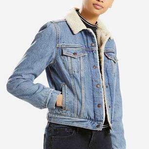 Oanvänd jeansjacka från Levis. Säljer på grund av att den är för liten