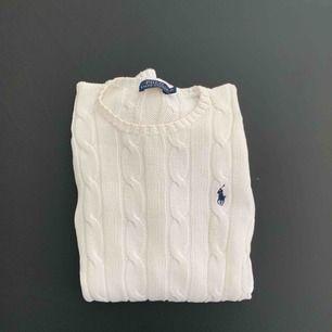 Skön och snygg kabel stickad tröja från Ralph Lauren i storlek XS. Möts upp i Stockholm eller fraktas! 🌷  Nytt pris: 1295kr Mitt pris: 250kr