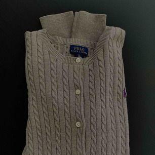 Super fin kofta/tröja med knappar från Ralph Lauren! En liten fläck men det går nog bort i tvätten, syns knappt i verkligheten. Den är i storlek XL (barn) vilket motsvarar ålder 16. Möts upp i Sthlm eller fraktas! 💫  Nytt pris: ca 800kr Mitt pris: 150kr