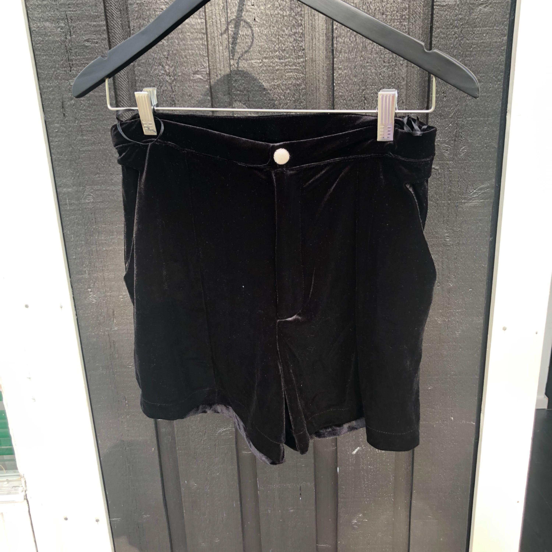 Sammetsshorts från Bikbok! Nyskick. Kan mötas upp eller posta mot frakt :). Shorts.