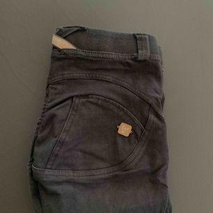 Säljer dessa svarta Freddy Pants i stl 34, dem sitter som en smäck! 😍👌🏼 Möts upp i Stockholm eller fraktas! ♥️  Nytt pris: ca 600kr Mitt pris: 150kr