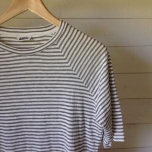 Randig tshirt från weekday med 3/4 långa ärmar.Storlek medium.