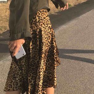 Leopard kjol🥰 Använd några gånger men inga skador ⚡️❤️🥳 Frakt tillkommer 🥳 Stolek Xs