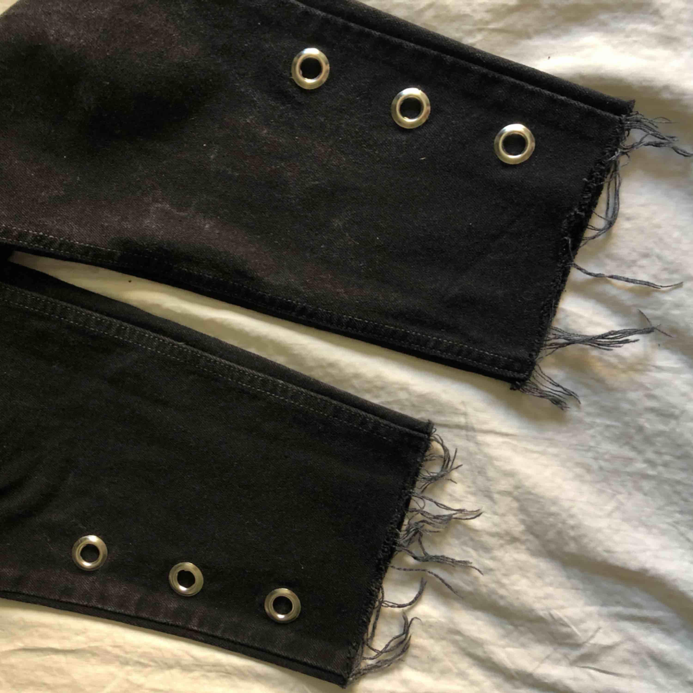 """Ett par fina svarta Levi's jeans! Snygga silverdetaljer på vaderna och fransar längst ner. Väldigt sköna att ha på sig och sitter bra i midjan och om benen. """"Tapered fit"""" och """"tapered leg"""". Levi's 521:or. SÄNKT PRIS!. Jeans & Byxor."""