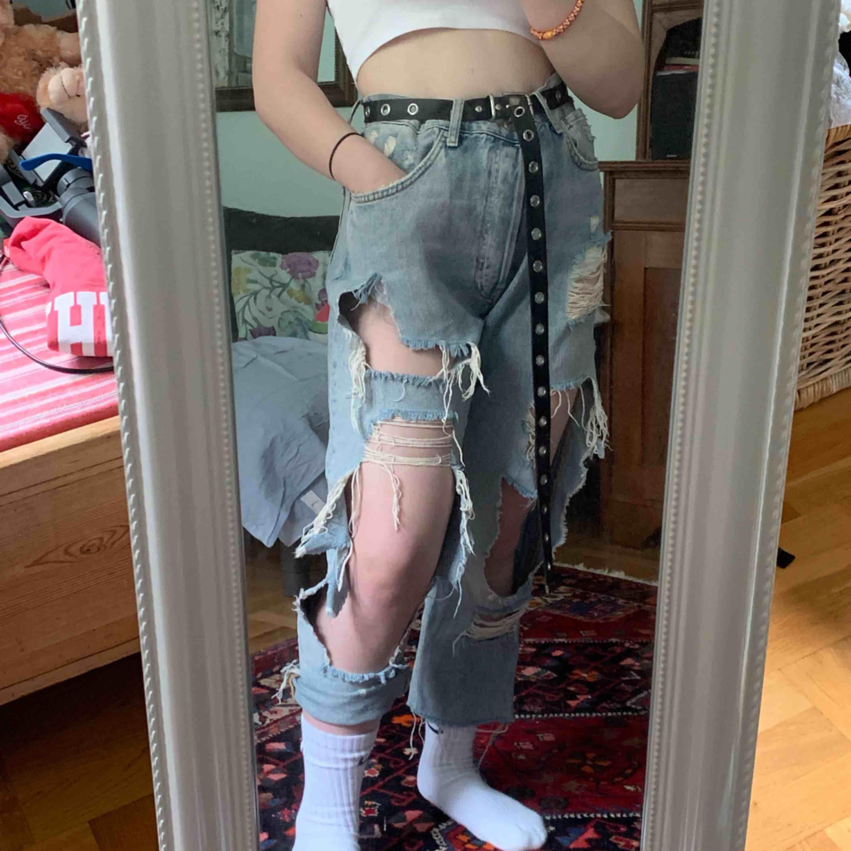 👖Ripped Jeans!👖180kr. Storlek: L (men sitter bra med ett åtsittande skärp) Finns att hämta i Lund eller Malmö i Skåne, annars ingår frakt💖. Jeans & Byxor.
