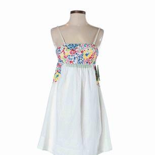 Midsommar är nästa månad och denna klänningen är som gjord för det🇸🇪💐💘  (Första bilden är lånad!)Från H&Ms Garden Collection 2010, i perfekt skick! Ej genomskinlig👌  Frakt tillkommer på 59kr