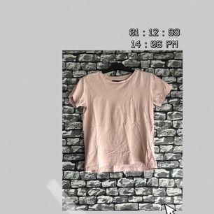 En rosa t-shirt i storlek XS från Lager157. Har använt ett par gånger och är fortfarande i helt nyskick. För fler bilder går det bra att fråga :) Frakt förekommer. Kan mötas upp i Göteborg.