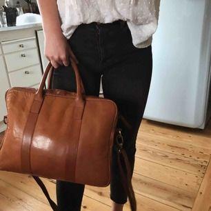 Supersnygg läderväska från bläck i herrmodell. 100% läder så det är jättebra kvalité. Nypris 1500 kr. Kan mötas upp i Uppsala alternativt Stockholm eller så står köparen för frakten