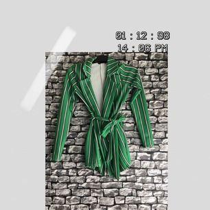 En grön randig tröja/cardigan som går att knyta i storlek 36. Plagget kommer från en online-shopping app, Plick. För fler bilder går det bra att fråga :) Frakten ingår i priset. Kan mötas upp i Göteborg.