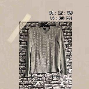 En grå stickad tröja i storlek XS från Kapphl. Fortfarande i helt skick, inga defekter. För fler bilder går det bra att fråga :) Frakt förekommer. Kan mötas upp i Göteborg.