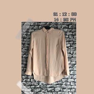 En ljusrosa/bärs färgad skjorta med gulddetaljer i storlek 8 (S). Helt nyskick och oanvänt. För fler bilder går det bra att fråga. Frakt förekommer. Kan mötas upp i Göteborg.