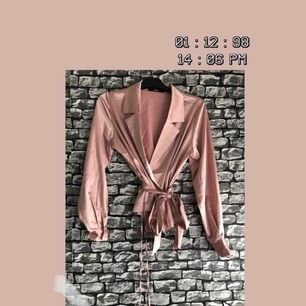 En rosa silke tröja/cardigan från BIKBOK i storlek M. Köpte plagget från Plick. Frakten ingår i priset. Kan mötas upp i Göteborg.