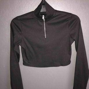 En knappt använd svart zip-tröja, säljes pga att tröjan är för liten för mig!
