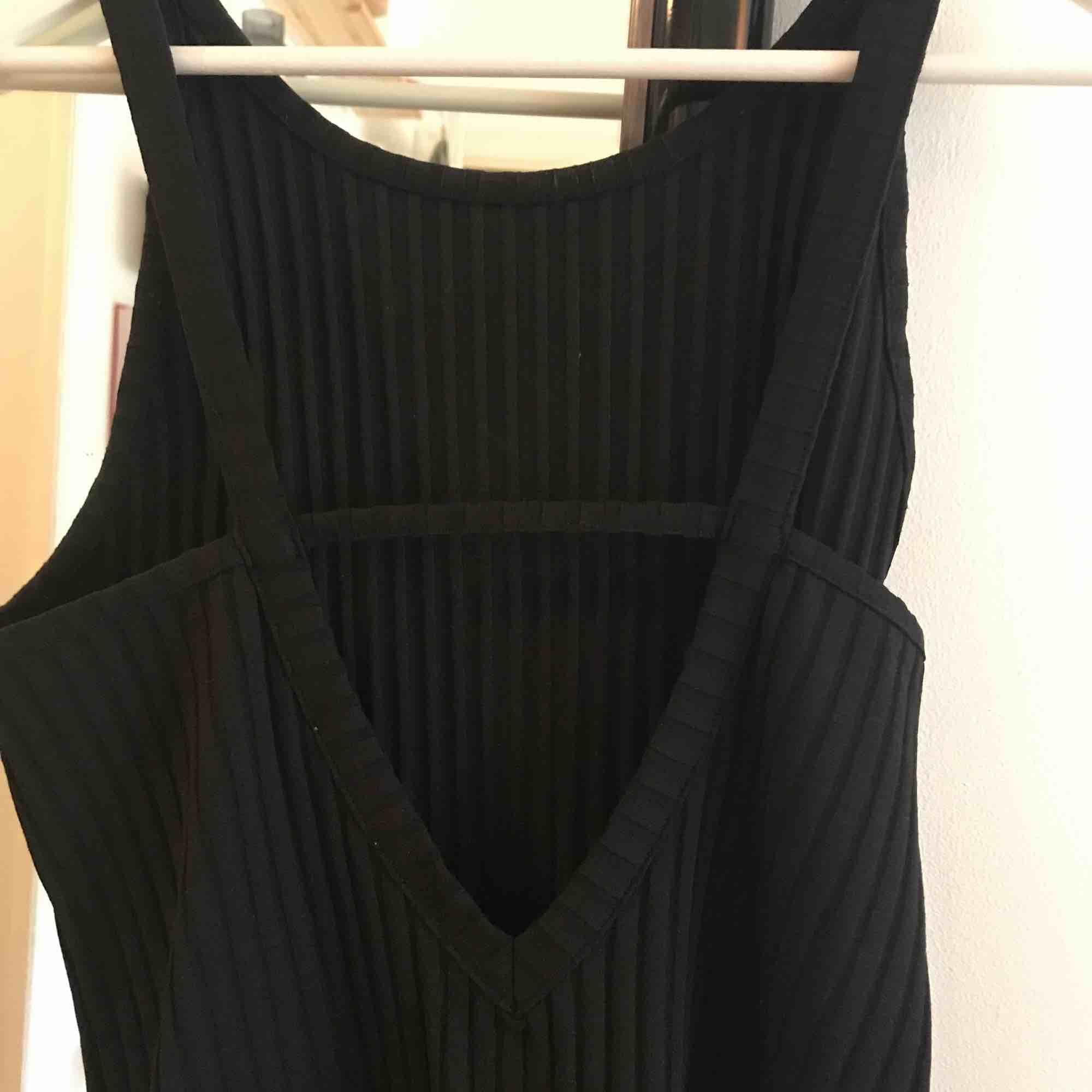 Ribbad, svart klänning från Weekday. Använd fåtal gånger så bra skick! Kan mötas upp i Malmö eller så betalar köparen frakt ❣️. Klänningar.