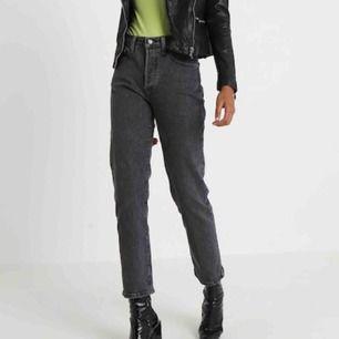 Svarta Levis jeans i modell 501. Storlek 34/32 vilket är typ M/L och i bra skick. Inte mina bilder men om du vill se mina så är det bara att fråga om bild. Jag tar swish eller möts upp i gbg❤️