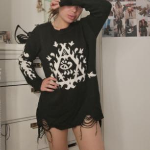 Oversized tröja som jag haft som klänning. Stickad med snygga slitningar Superfint skick!!
