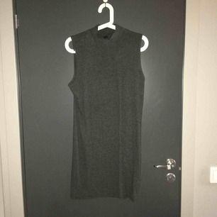 Grå ribbad klänning från Gina Tricot, storlek XL men tight. Knapp använd men skitsnygg! Kan mötas i Sthlm annars skicka och då tillkommer frakt :)