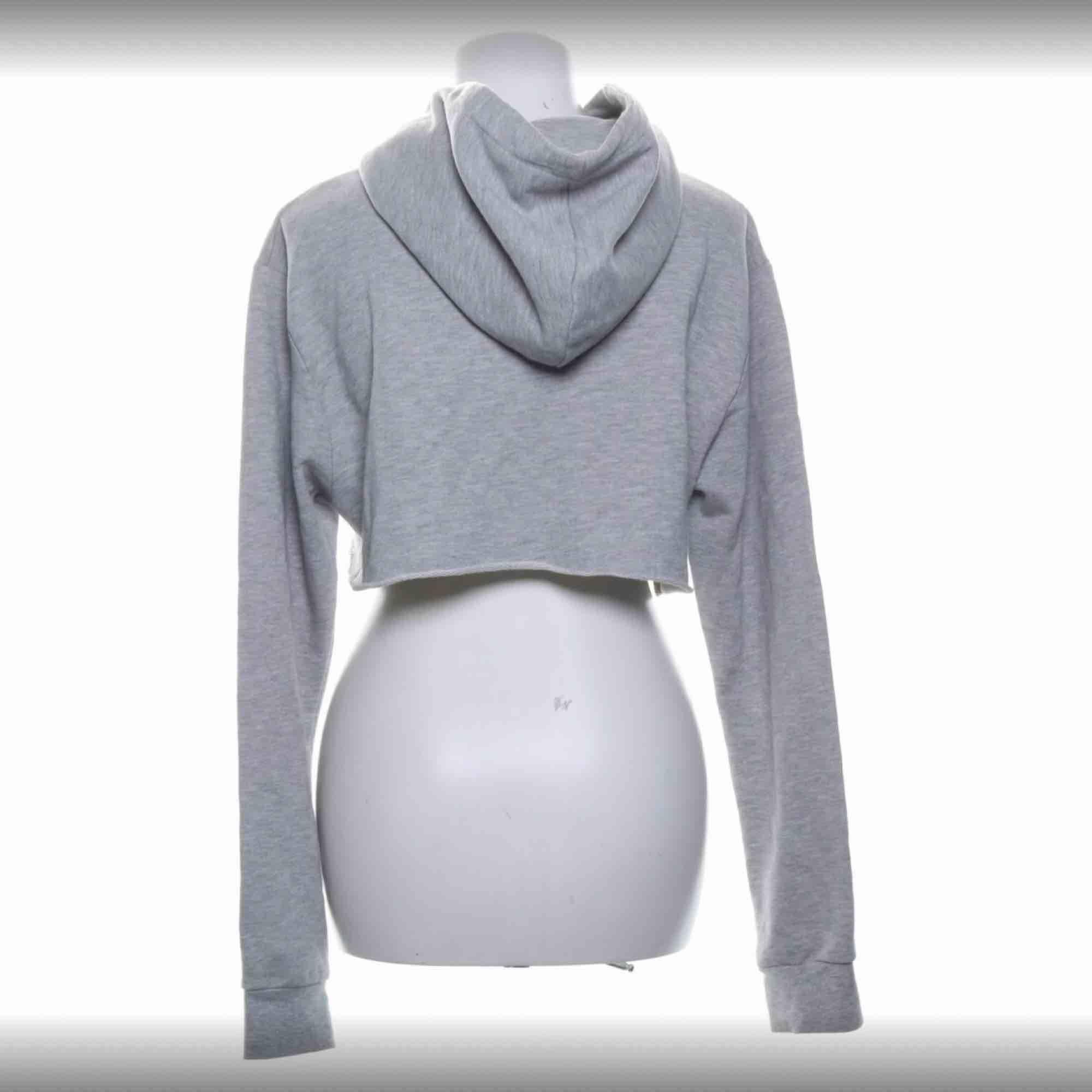 Croppad hoodie från the classy iddes, storlek s. Jättebra skick!. Huvtröjor & Träningströjor.