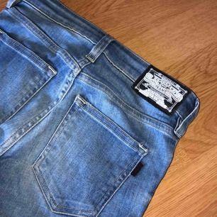 Jeans från crocker. Dragkedjan är trasig därav det billiga priset, men det går ju att fixa ganska lätt. Annars bra skick