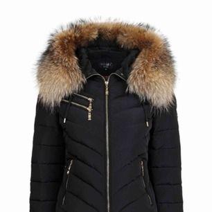 """Säljer denna fina jackan från Hollies i modellen """"chatel"""". Storlek 32 men tror den också passar 34. Äkta päls och går att ta av. Möts upp i Stockholm eller fraktar! 🌨  Nytt pris: ca 3899kr Mitt pris: 1500kr"""