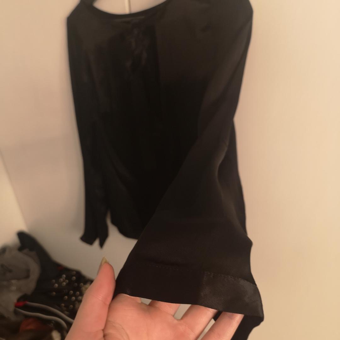 Oanvänd satin tröja från nakd. Fin rygg, med v ringning och knytning.  Säljes endast då den va för liten. Knappar i Ärmarna. Fler bilder kan skickas! . Toppar.
