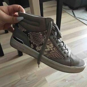 Oanvända skor från Michael Kors, köpta för några år sedan! Kan mötas i Sthlm annars skicka och då tillkommer frakt :)