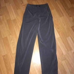 Mörkgråa kostymbyxor från bikbok, använt dom ett fåtal gånger och dom är i bra skick. Storlek S, säljer för 100 kr och frakt tillkommer