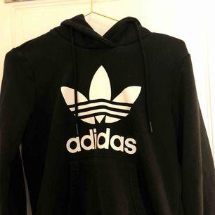 Adidas hoodie. Använd ett fåtal gånger men kommer tyvärr inte till användning längre, fortfarande i nyskick. Köpare står för frakt🥰