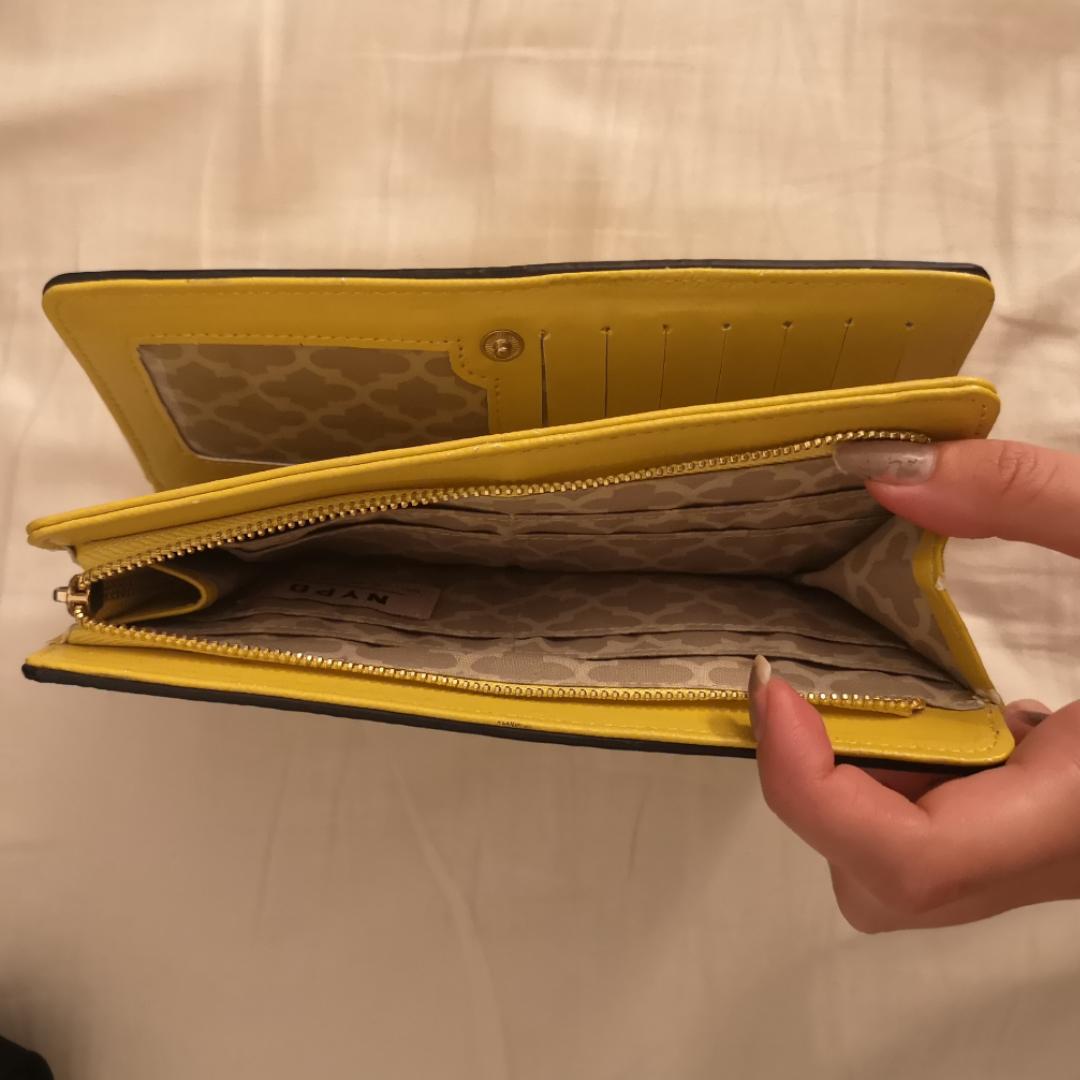 Oanvänd gul plånbok med lite räffligt yttre. Superfin, men aldrig kommit till användning. Lika lång som en hand ungefär. . Accessoarer.