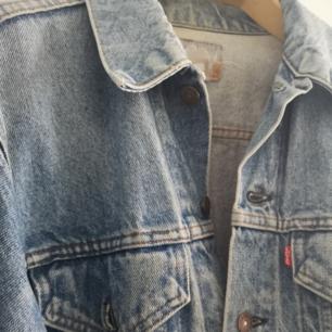 Vintage jeansjacka från levis. Står att det är storlek 40 i den men skulle säga att den passar alla beroende på hur man vill att den ska sitta.  52 cm bred 63 cm lång