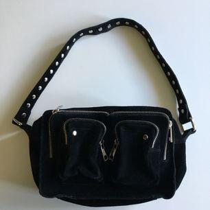 Säljer min svarta nunoo-väska i modellen Ellie New Suede. Använd ca 5ggr och är i väldigt bra skick. Nypris: 1399kr