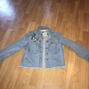 Jeansjacka med blomdetaljer från H&M, använt endast 2 gånger och är i nyskick. Storlek: S (36), Pris: 100 kr frakt tillkommer