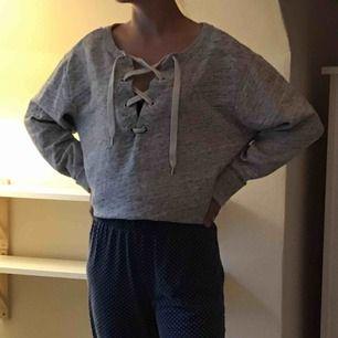 Super gullig grå sweatshirt från hm tror jag köparen står för frakten🥰