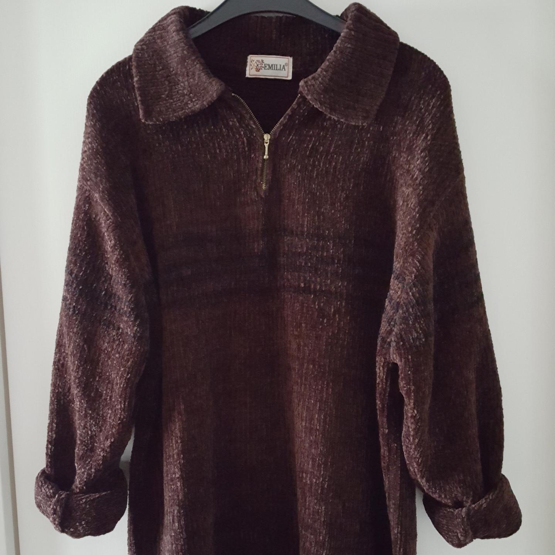 Vintage mysig brun stickad tröja. Finns ingen lapp om storlek men skulle nog säga ca oversize M eller L. Kan skickas om köparen står för fraktkostnaden som blir 90kr.. Övrigt.