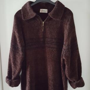 Vintage mysig brun stickad tröja. Finns ingen lapp om storlek men skulle nog säga ca oversize M eller L. Kan skickas om köparen står för fraktkostnaden som blir 90kr.
