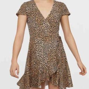 Jag vill sälja mina fina omlottklänning i skönt material🐆.Perfekt till sommaren 👌🏽🌞