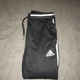 Sköna basic Adidasbyxor med en dragkedja längst ned och snöre i midjan. Storleken är L i barnstorlek så typ XS/S i vanlig strl. Frakt tillkommer:)