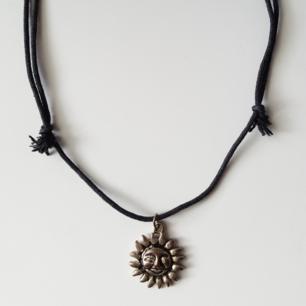Vintage halsband med solhänge på ett justerbart snöre. Kan skickas om köparen står för fraktkostnaden på 9kr.