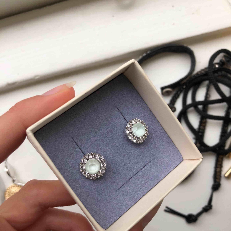 Babyblå och silvriga Lilly and rosé örhängen. Väldigt fina men använder ej. Originalpris 400kr.. Accessoarer.