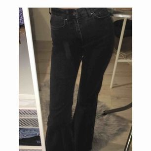 Säljer dessa fina bootcut jeansen från h&m. Använda 1 gång. Frakt tillkommer på 55kr 🖤