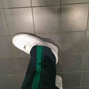 Coola mörkgröna byxor med rand. Från monki!! Möts gärna i Malmö. Frakt 30kr!!