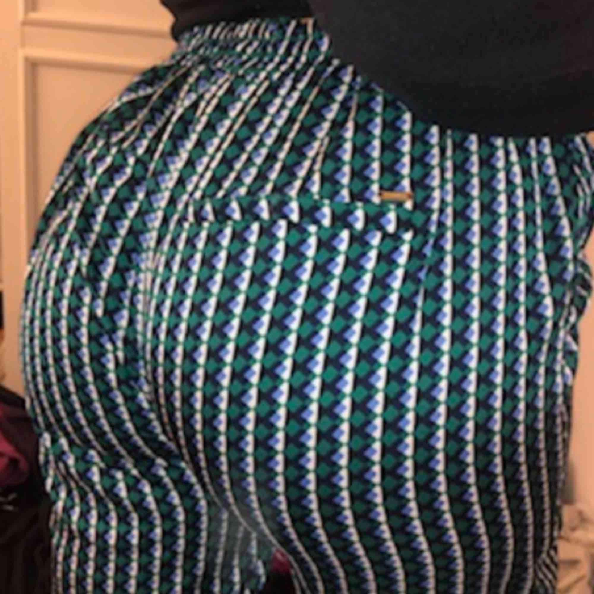 Super sköna byxor nu till sommaren. Jätte lent material endast använda 1 gång eftersom dom är lite stora. Pris kan diskuteras❤️. Jeans & Byxor.