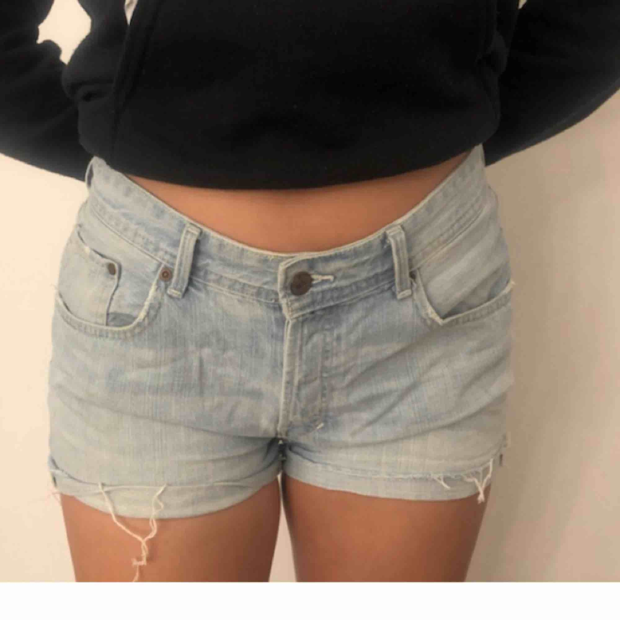 Jätte snygga shorts men tyvärr för stora, rymliga fickor. . Shorts.