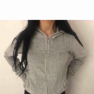 Jätte mysig grå hoodie men tyvärr brist på användning