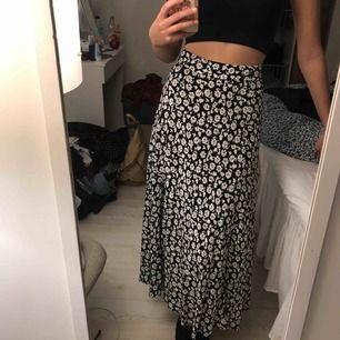 Säljer denna superfina kjol som jag köpt på Zara i Dubai. Aldrig använd, prislapp kvar. Nypris var 289 DHS som motsvarar ungefär 600-700kr. Frakt är inkluderat i priset 🌹
