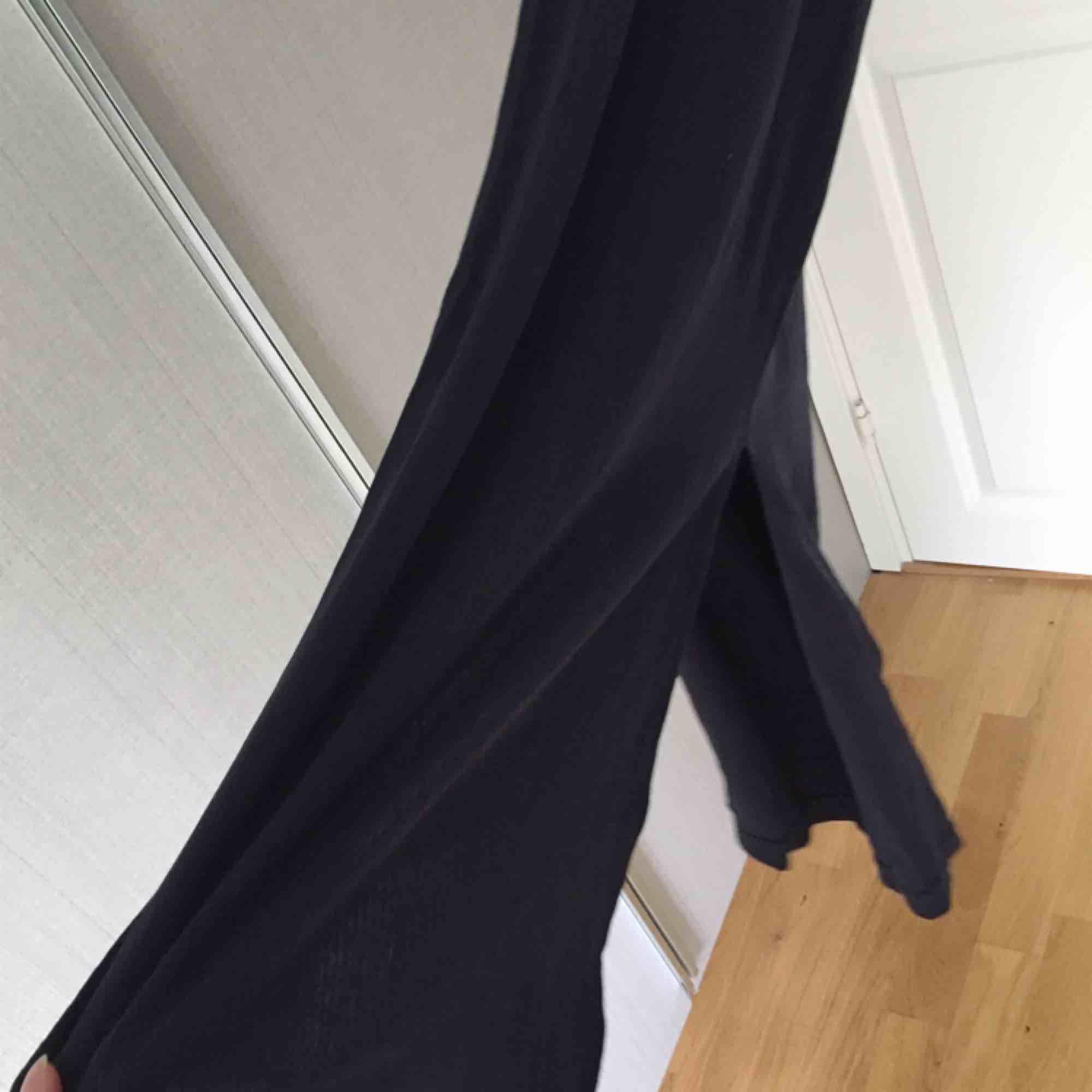 Lång klänning. Mörkblå ser skiftar lite svart. Ny skick.  . Klänningar.