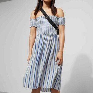 En jättefin off shoulder klänning från Weekday. Köptes i somras, men har bara använts en gång så är i helt nyskick!💞 (om du vill ha fler bilder r det bara att skriva)