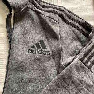 Storlek 164 men sitter som en S!  Grå Adidas hoodie köpt i London :) den är i nyskick och priset är exklusive frakt