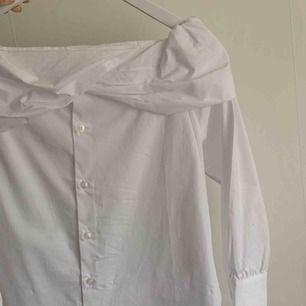 Blus/skjorta från Chiquelle. Endast använd en gång så den är i nyskick! Den är off shoulder och sitter bra i axlarna/åker inte av eller så. Priset är exklusive frakt