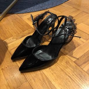 Gina Tricot svart fest skor, används en gång  De är jätte fina med detaljer på Sitter bra i foten och funkar för en lång natt